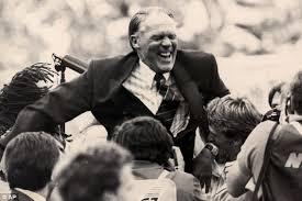 Michels båret på gullstol etter triumfen i 1988.